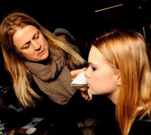 A maquiadora Daiane Kendal em ação